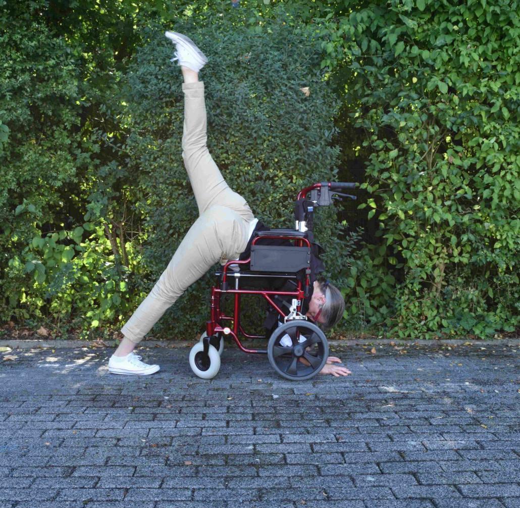 Bild-einer-Frau-die-ein-Yoga-Ubung-durch-einen-Rohlstuhl-macht